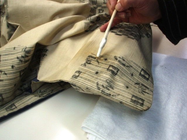 着物シミ抜き剤塗布